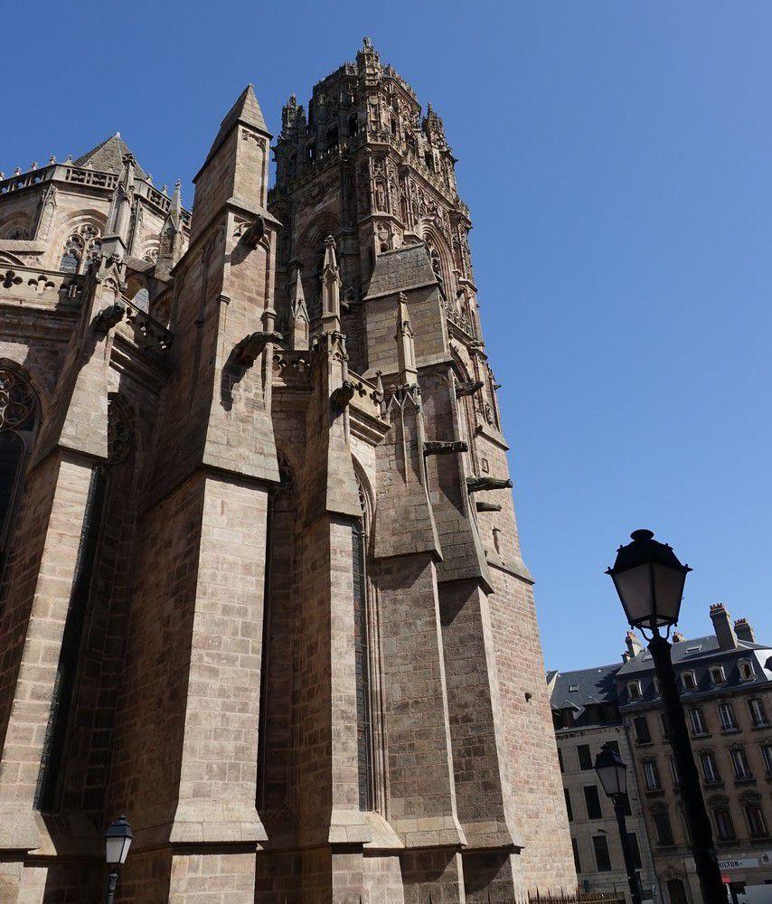 La cathédrale Notre-Dame de l'Assomption de Rodez : l'extérieur...