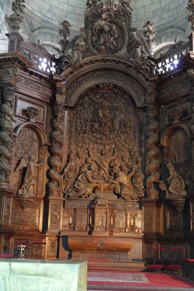 La cathédrale Saint-Front à Périgueux : les lustres, la chaire et le retable...