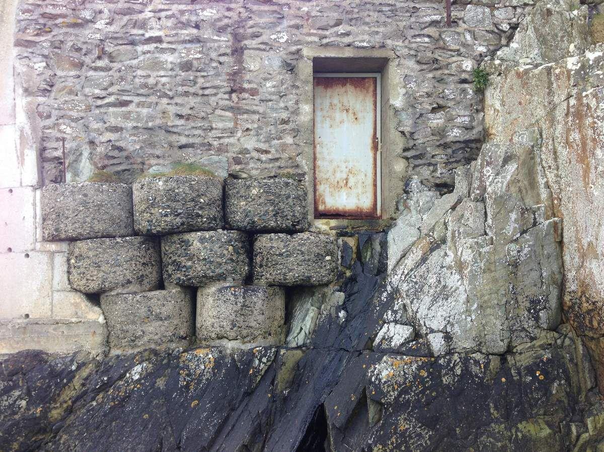 Un mur de tags, graffitis et bunker
