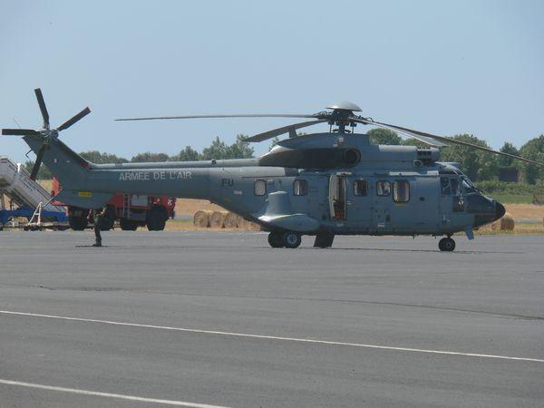 L'Armée de l'Air est passé avec l'Aérospatiale AS-332 Super Puma matricule FU. (photo: Laurent Lamouche)