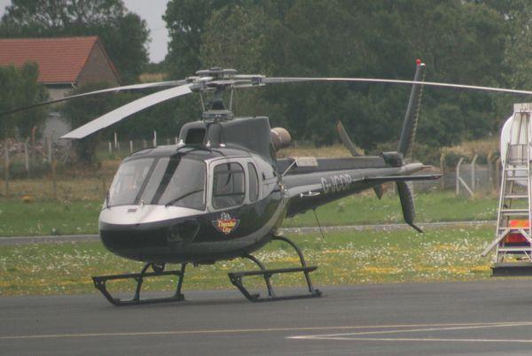 """L'Aérospatiale AS-350 Ecureuil G-JCOP. Il porte le logo de la société sud africaine """"Thunder City"""". Cette entreprise possède une impressionnante collection de chasseur à réaction anglais, dont des fameux Lightning. (Photo: Alain Gosset)"""