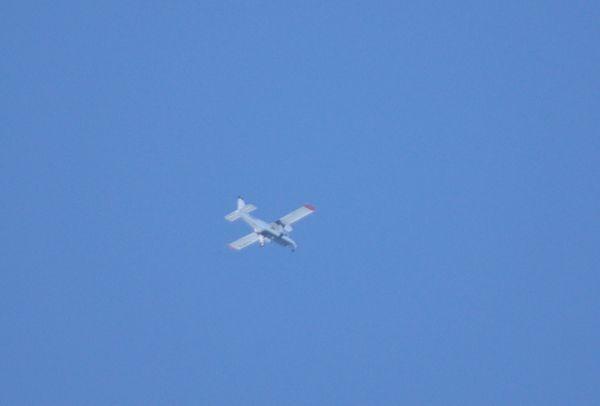 Aperçu au loin, tournant au dessus de la zone, l'avion relais pour la télévision. Ici un Britten Norman BN-2 Islander.