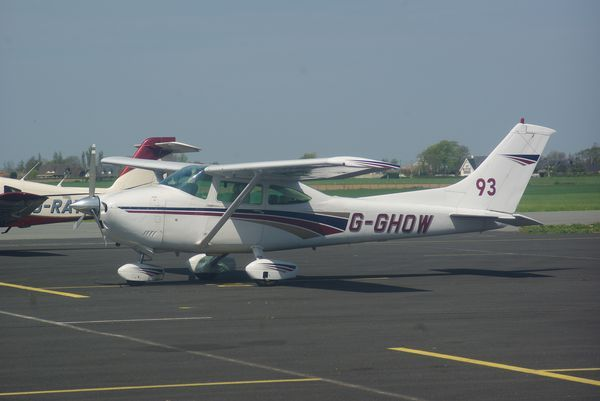 Le Cessna 182 G-GHOW.
