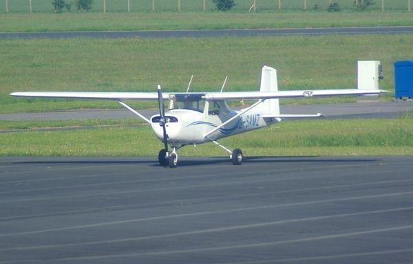 Le rare Cessna 150D G-SAMZ avec une dérive droite.