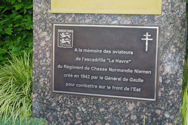 La plaque apposée en bas du monument Guerin.