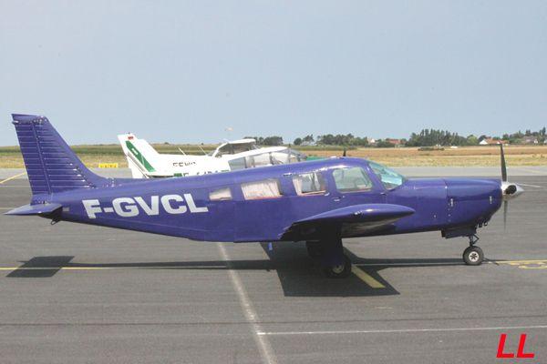 Le Piper PA-32R-300 Cherokee Lance F-GVCL tout de bleu/violet vétu.