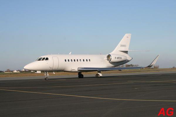 Le Dassault Falcon 2000 F-HFDS, tout de blanc vêtu.