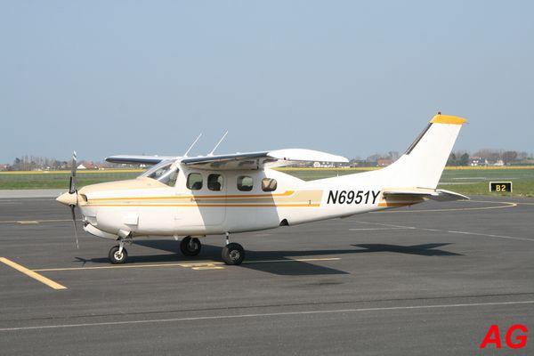 Le Cessna 210 Centurion N6951Y. Les petits hublots indique que c'est la version pressurisé.