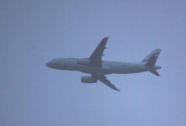 Une semaine plus tôt, c'est l'Airbus A-320 SX-DGV de la même compagniequi est venu. Le voici passant au dessus de chez moi.
