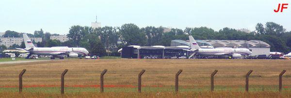 Deux Tupolev TU-214 sur le tarmac d'Octeville.