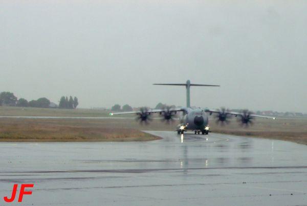 Lui c'est un A-400M. Ce temps horrible nous a poursuivi durant tout le week end du 6 juin, gachant beaucoup d'évènements aéronautiques..