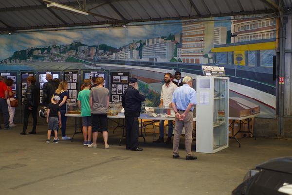 Un grand succés pour l'exposition sur l'histoire de l'aéro-club mélangeant panneaux de photos et vitrines.