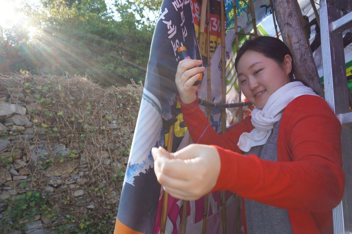 Su Kim accompagne et aide Joo-young Kim dans la réalisation de son travail.