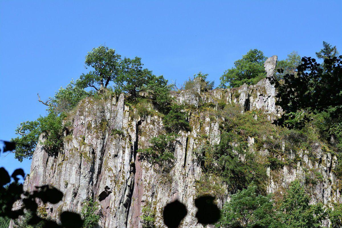 Depuis des siècles et du haut de cette falaise, un veilleur brave les éléments et ne perd pas vu la cascade.