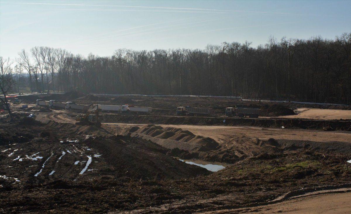 Impressionnants travaux, car toute la terre du site de la forêt est ensuite stockée dans la colline qui change de visage.