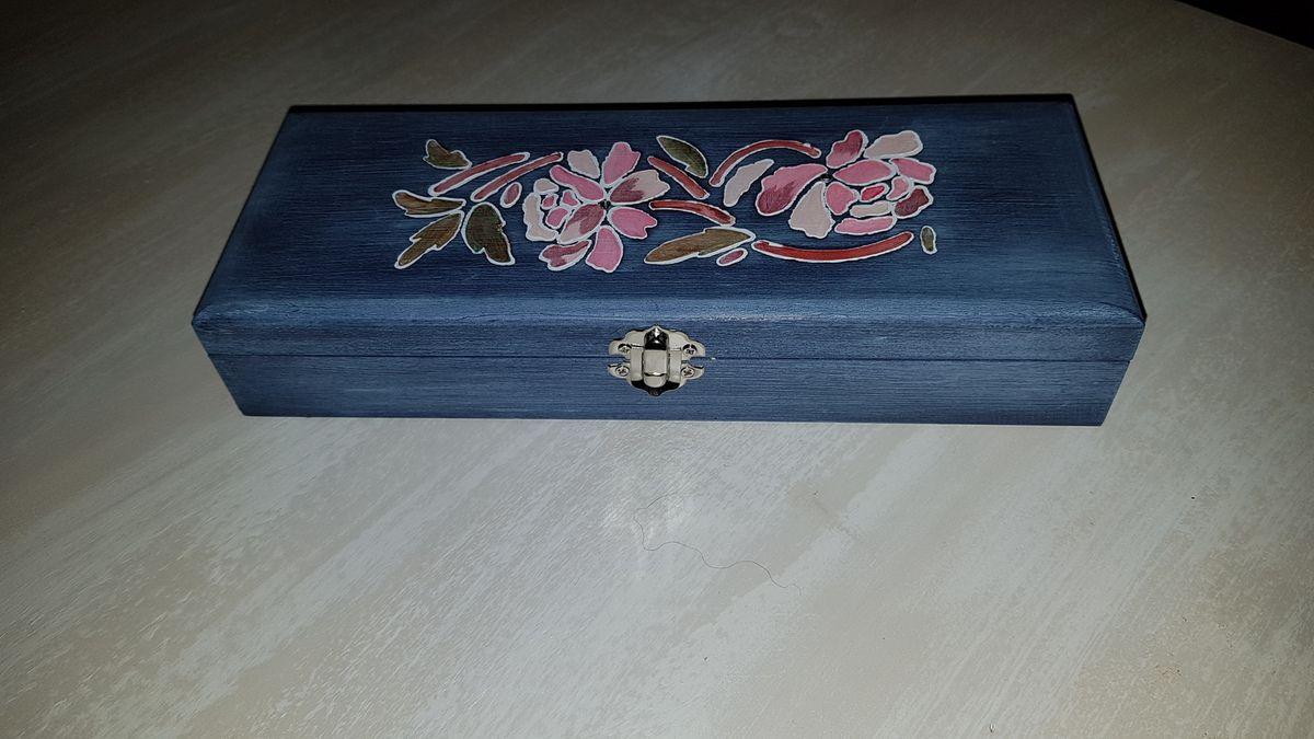 Boite bleu paon, déco pochoir fleur, strass.   Longueur 27 cm - Largeur 10 cm - Hauteur 5 cm