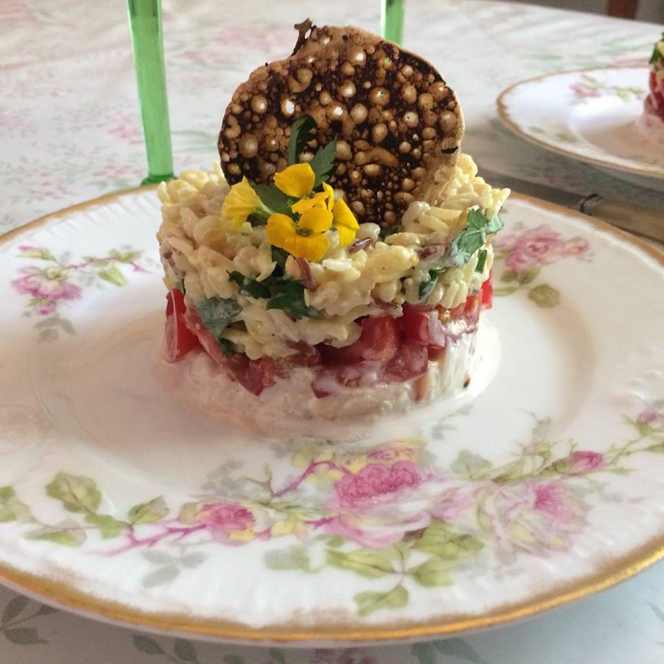 Tourteau, tartare de tomates cerise, mélange céréales et sa tuile de sarrasin