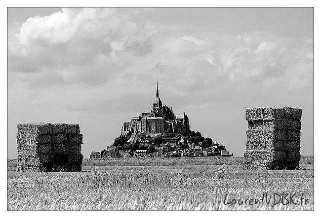 Mont saint Michel encadré par des bottes de paille - Noir et Blanc