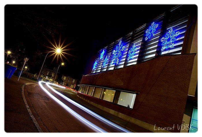 Illuminations Noël Sotteville : La Bibliothèque réalisée en pose longue avec filé de feux de voitures