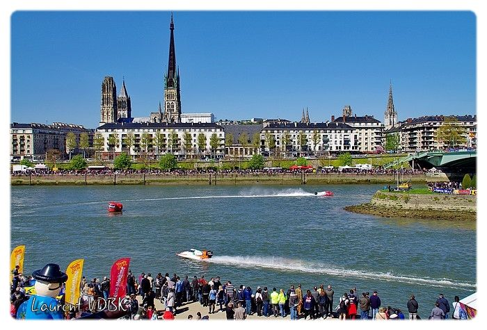 24 heures motonautiques de Rouen 2016 - Virage à la pointe aval de l'île Lacroix. Beaucoup de public sur les bords de la Seine. Cathédrale en arrière plan.