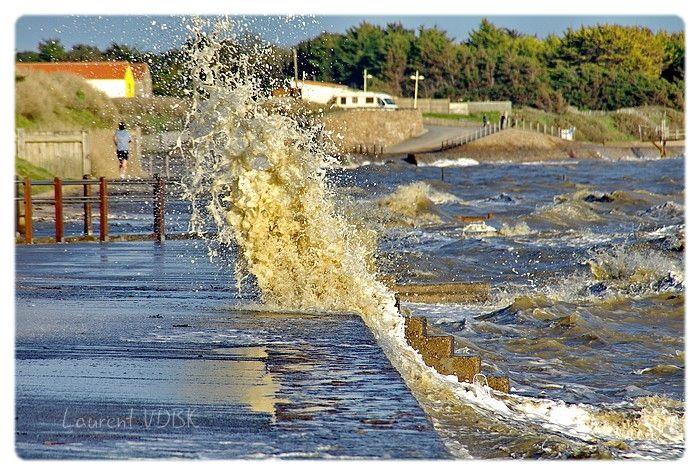 Faire son jogging quand la mer est haute, qu'il y a du vent et que c'est les grandes marées : très belles éclaboussures des vagues.