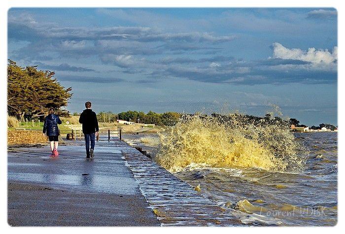 Se promener au bord de la mer qui bouillonne lors des grandes marées...