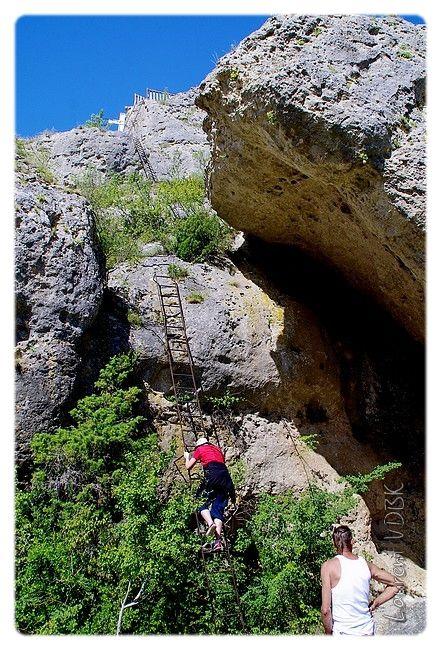 Les échelles qui permettent d'accèder en haut du rocher de Capluc