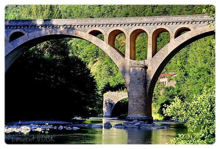 Le pont de la Muse au Rozier sur le Tarn, et le pont cassé en arrière plan