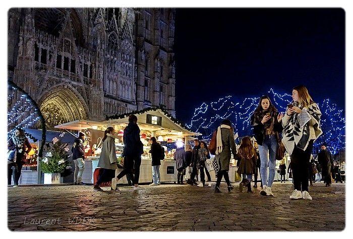 Rouen Givrée - Marché de Noël 2016 - Place de la cathédrale à ras du sol - Passants