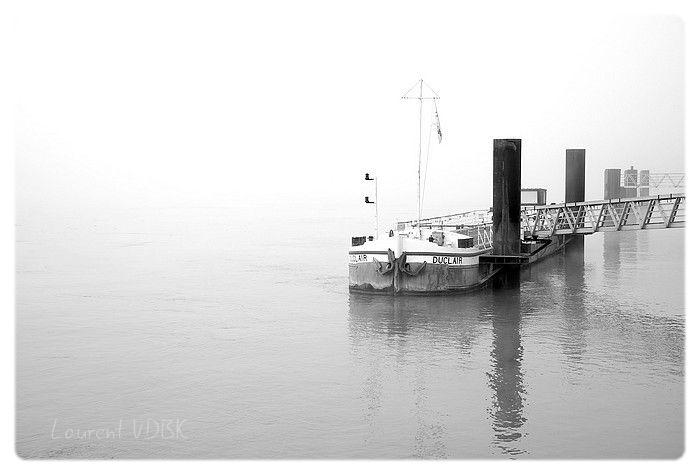 Péniche ammarée sur la Seine à Duclair sous les brouillard - Photo noir et blanc