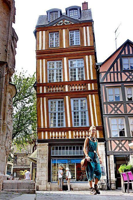 Touriste à Rouen place Barthélémy, devant la maison à colombages tordue/inclinée, à l'angle des rues Damiette et Martainville - Photo de rue / Streetphotography