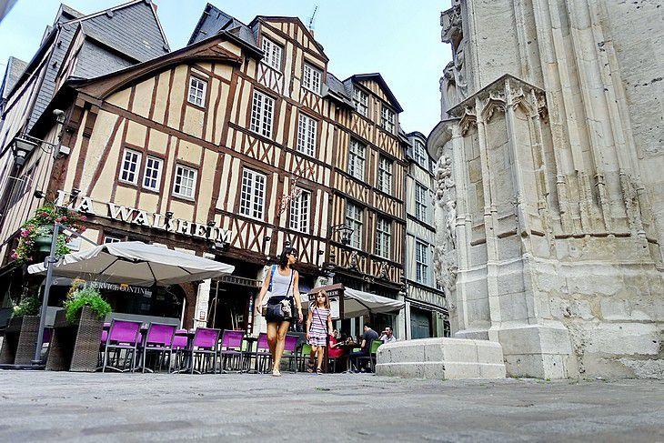 Passants place Barthélémy à Rouen, devant La Walsheim et l'église St Maclou, à l'angle des rue Martainville et Damiette