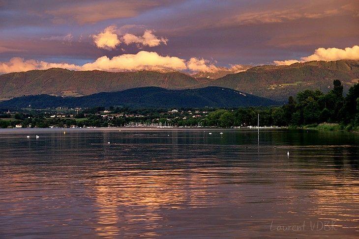 Ciel orangé du soleil levant sur le lac Léman