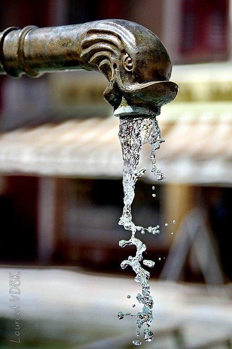 De l'eau qui coule d'une fontaine, figée par une vitesse d'obturation élevée