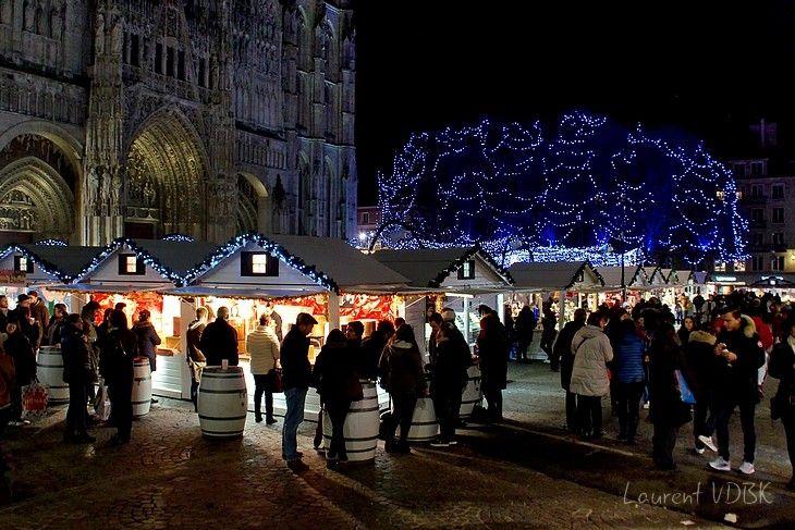 Vin chaud sur le marché de Noël 2017, place de la cathédrale à Rouen (lumières)