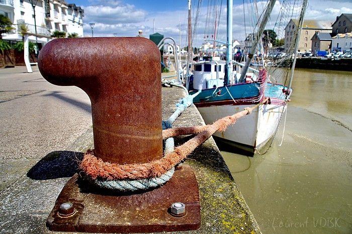Bateau amarré par sa corde à une bitte d'amarrage - Port de Pornic