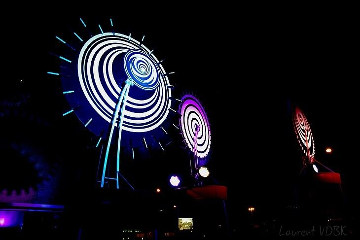 L'ambiance dans l'Espace Marcel Lods illuminé la nuit pour Viva-Cité - Sotteville-lès-Rouen