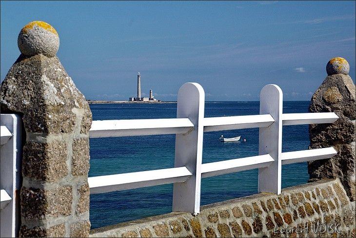 Dans les rues de Barfleur, avec vue sur le phare de Gatteville