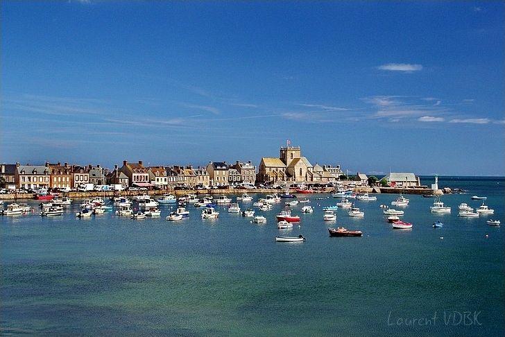 Vue générale sur le port et l'église de Barfleur par beau temps