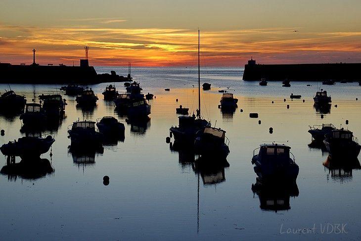 Lever de soleil sur le port de Barfleur : bateaux à contre-jour
