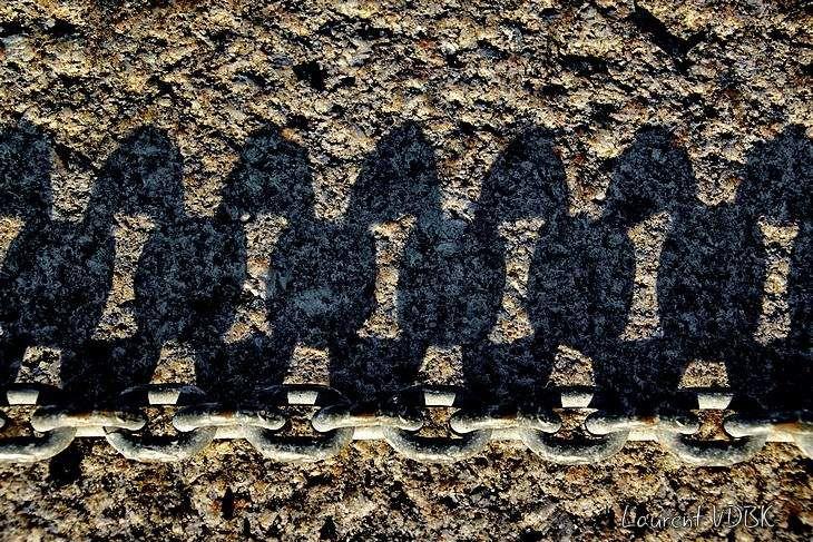 Le graphisme de l'ombre allongée d'une chaîne