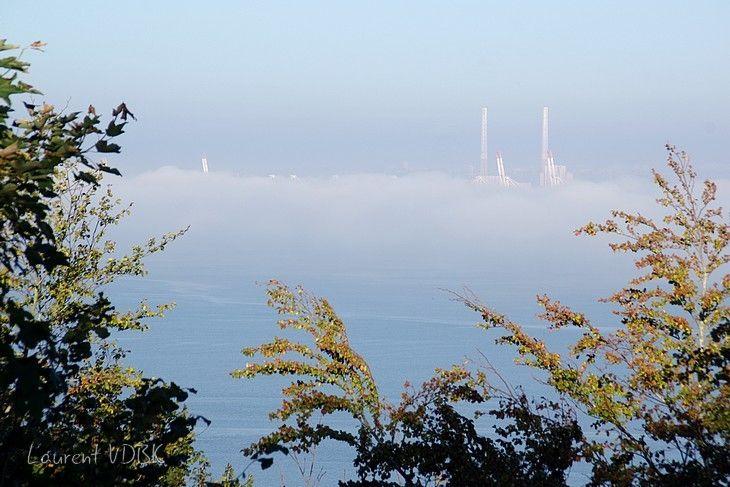 Le Havre dans la brume vu depuis la côte de Grâce à Honfleur