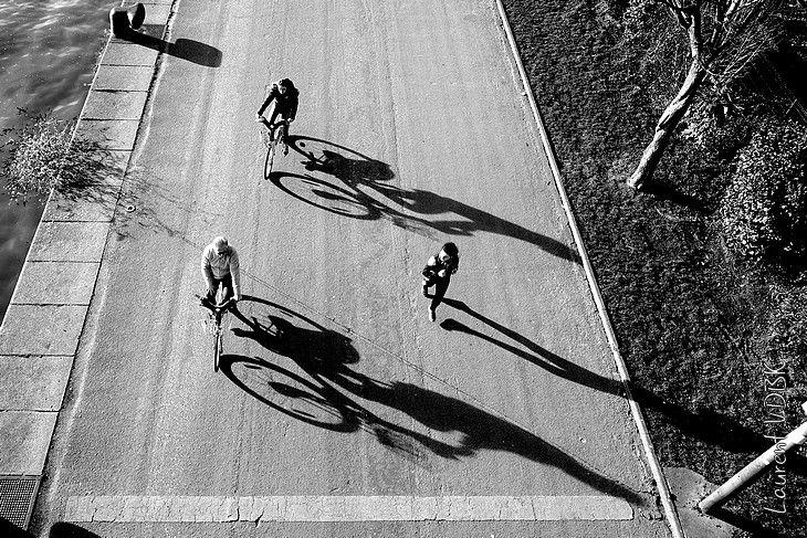 Piéton, cyclistes et jogger qui fait son jogging vus du haut du pont Jeanne d'Arc (noir et blanc) - Rouen