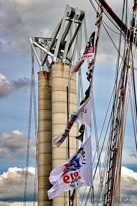 Pont Flaubert, drapeaux de l'Armada et cordage de vieux gréement