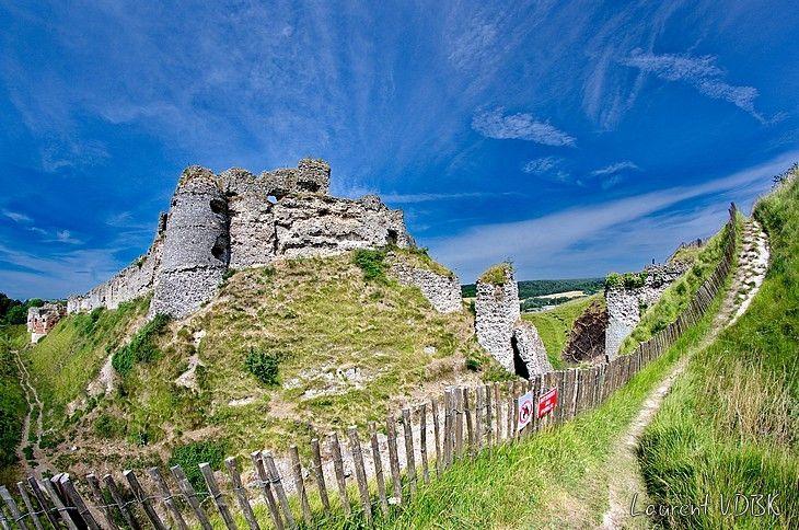Le château d'Arques-la-Bataille et le chemin qui le contourne