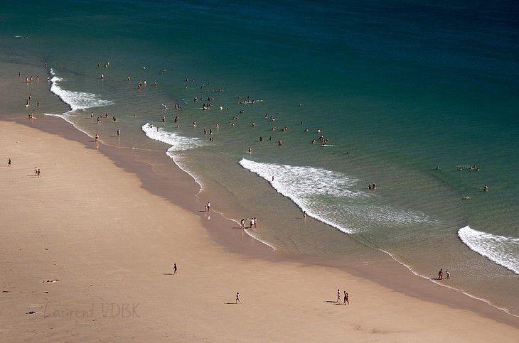 Plage de sable et vagues aux formes géométriques et minimalistes vue du haut du Cap de Carteret