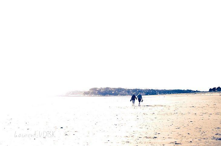 Couple se promenant sur la plage de Barneville en contre-jour surexposé