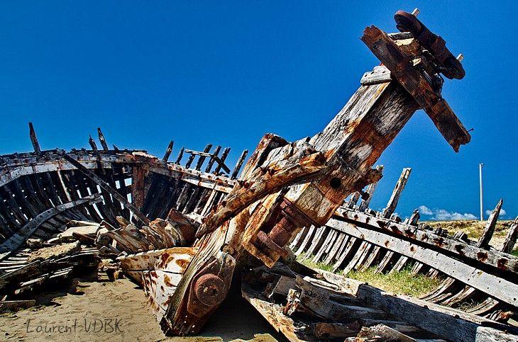 Ruine du gouvernail rouillé d'une épave d'un bateau en bois échoué à Portbail dans le Cotentin