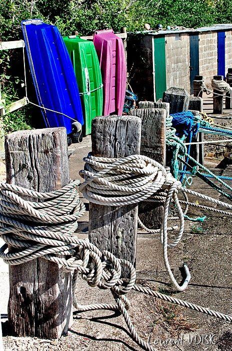 Noeuds des cordes autour des bittes d'amarrage - Port Racine (le plus petit port de France !)