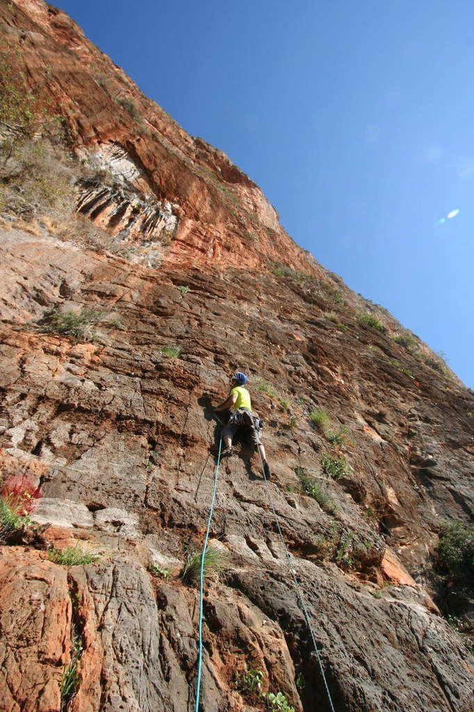 départ dans une des voies faciles du secteur. petite grotte à colonettes au-dessus à gauche.